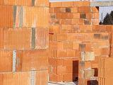 ściany domu z cegły